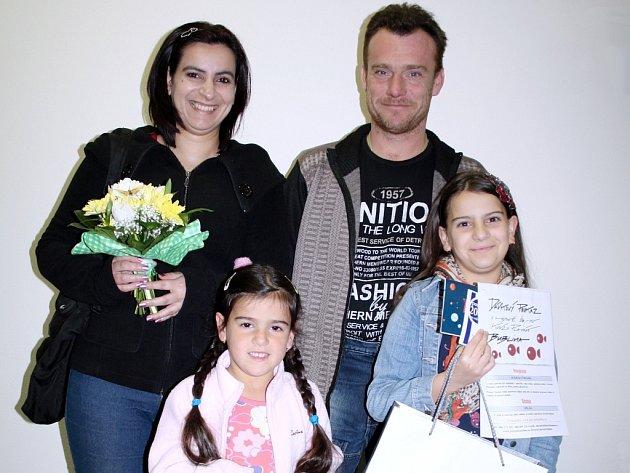 Lenka Bartálová z Nového Sedla při předání cen Sluníčko za postup z okresního kola. Na společném snímku je zcela vpravo s rodiči Vlastimilem a Lenkou Bartálovými a sestrou Eliškou.