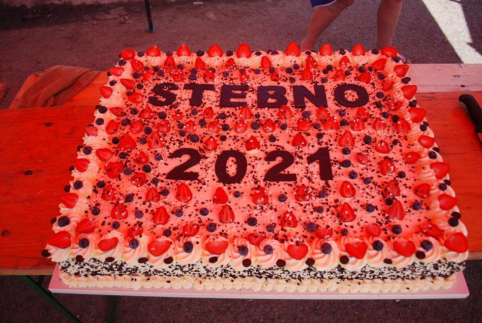 Sobota 3. července v obci Stebno na Lounsku. Cukrárna z obce Kryry přivezla Stebnu velký dort.