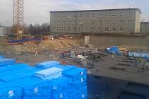 Stavba plavecké haly v Lounech pokračuje podle plánu