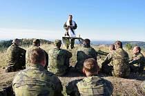 Výcvik 41. mechanizovaného praporu ze Žatce v Doupovských horách. Nechyběla ani nedělní bohoslužba.