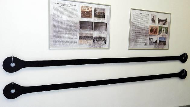 Dva originální články ze starého řetězového mostu jsou  v průjezdu Staré papírny.