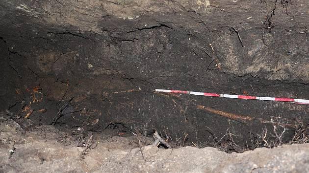 Nalezená kostra u lenešického kostela