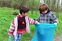 Akce Ukliďme Česko v Libočanech. Vyčistit přírodu v okolí obce se vydaly desítky lidí.
