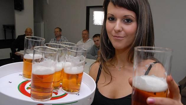 Romana Kováčová roznáší vzorky piva na úterní degustaci v prostorách žateckého divadla.
