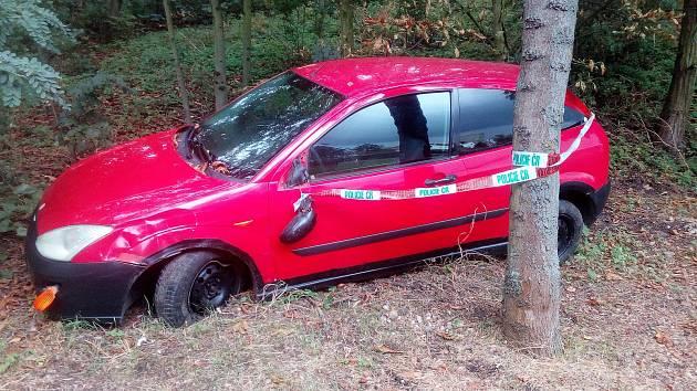 Policisté zjišťují, proč už několik dní vŽatci, mezi stromy na okraji cesty u bývalého Bonexu, stojí červené auto značky Ford.