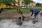 Přeložkou vedení elektrické energie začala v Žatci výstavba nového parkoviště na sídlišti Jih. Vyroste na místě bývalého hřiště před restaurací Cihelna.