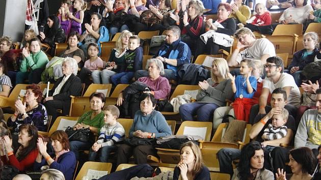 Návštěvníci ve sportovní hale v Lounech na archivním snímku. Jejich komfort brzy zlepší nové sedačky.