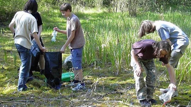 Mladí uklízejí lokalitu Bufo.