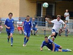 Fotbalisté Dobroměřic (v bílém) v utkání proti Domoušicím