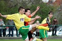 Velmi dobrý výkon odvedl domácí Lukáš Sklenička, který v záběru bojuje o míč s Václavem Schořem v utkání, v němž Tatran Podbořany vyhrál nad FK Louny B 2:0.