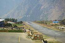Himálajské letiště v Lukle. Jeho krátká ranvej musí být nakloněna, aby letadlo dostalo správnou rychlost pro start, nebo naopak aby stihlo zabrzdit.