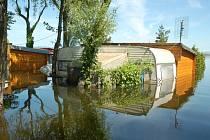 Části kempů na Nechranické přehradě jsou pod vodou