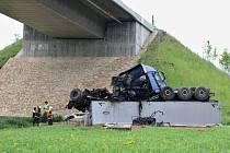 Kamion prorazil svodidla a spadl z mostu přes údolí, v němž leží Velemyšleves.