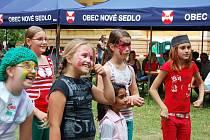 Bohatý společenský život v obci: akce pro děti a rodiny pořádaná v Novém Sedle v rozlehlém parku v roce 2010.