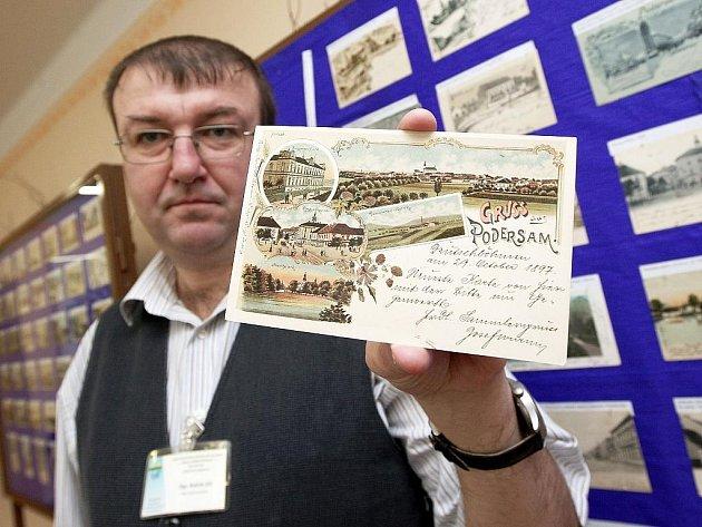 Sběratel Jiří Bejček, který ve škole vyučuje německý jazyk, ukazuje starý pozdrav z Podbořan v němčině