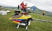 Představili se letečtí modeláři, kteří přímo z letounů shazovali dětem bonbóny