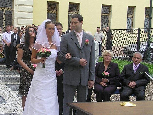 Snoubenci na nádvoří lounské radnice.