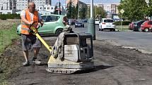 Žatecká radnice nechala v září 2020 plochu podél ulice Stavbařů, kde se plánuje výstavba parkoviště, alespoň zpevnit.