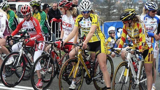 Lucie Záleská, loni dvakrát stříbrná na vrcholných podnicích, už letos bude startovat v kategorii žen do 23 let. Na snímku (ve žlutém s bílou helmou) na startu svého prvního závodu v Plzni, který nakonec vyhrála.