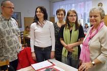 Představení projektu Začni správně v Dětském domově Žatec. Vpravo je Jaroslava Kohoutová, která má za sebou 45 let pedagogické praxe a dlouhé roky vedla tento domov jako ředitelka.