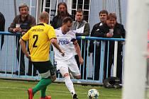 Fotbalisté Loun (v bílém) v pohodě přehráli Horní Jiřetín 6:0.