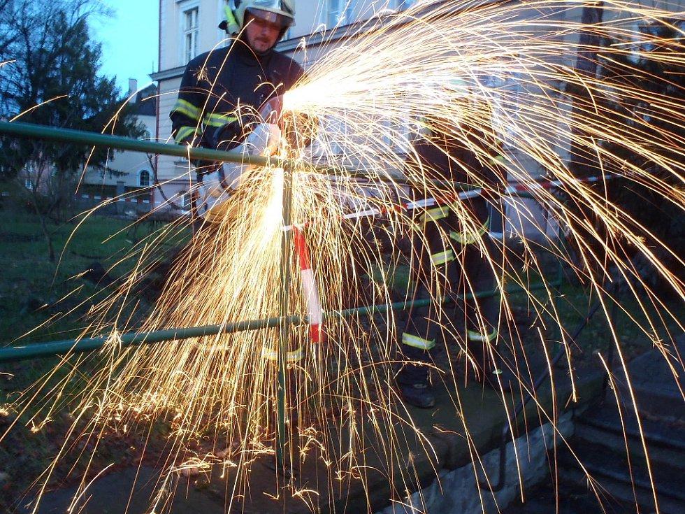 U ZŠ 28. října v Žatci bylo potřeba dočasně odstranit zábradlí, aby bylo kam pokácet narušené stromy