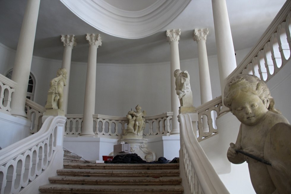 Vybavení zámku nepochází přímo z Peruce, jedná se ale o dobové originály