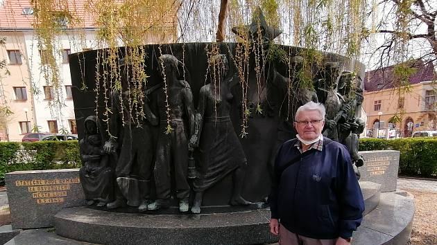Karel Sláma u památníku Rudé armády v Lounech v ulici Osvoboditelů.