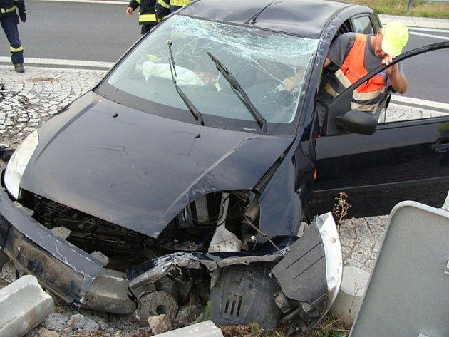 Osobní auto havarovalo na kruhovém objezdu u zóny Triangle