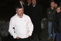 Petr Srkal (v bílém) na pietní akci k 17. listopadu na lounském centrálním náměstí. Snímek z roku 2010
