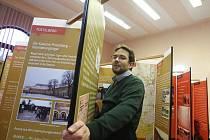 Ondřej Matějka z občanského sdružení Antikomplex připravuje panelovou výstavu v budově radnice v Postoloprtech.