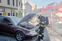 Hasiči likvidují požár auta v žatecké ulici Obránců míru