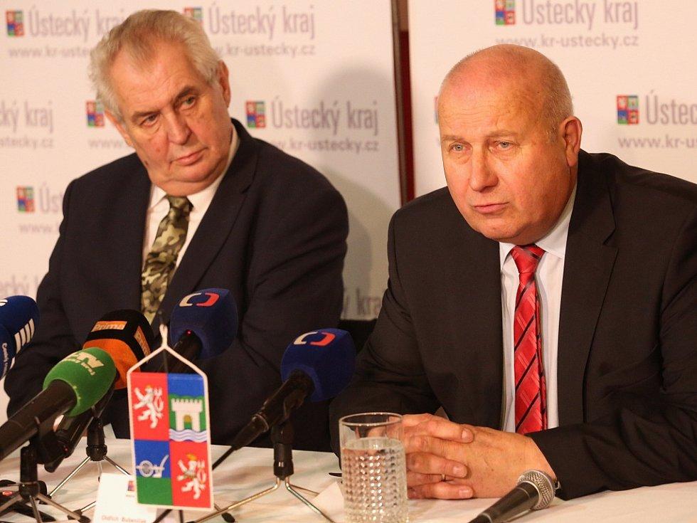 Prezident Miloš Zeman na návštěvě Podbořan. Vpravo Oldřich Bubeníček, hejtman Ústeckého kraje