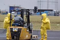 Ve výrobní hale firmy Solar Turbines hrozila po chemické reakci a prudkém zahřátí látek exploze sudu.