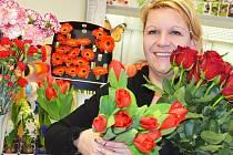 """""""Na Valentýna kupuje květiny hlavně mladší a střední generace. Nejvíce žádají červené růže,"""" uvedla žatecká květinářka Jarmila Nechutná."""