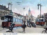 Pohlednice z doby kolem roku 1905. Nad náměstím létají balóny a vzducholodě, před radnicí jezdí tramvaje. Na jedné je nápis Reitschowes (česky Radíčeves). I v tom se skrývala ironie že tramvaje jednou možná dojedou až tam.