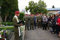 Na chomutovském hřbitově u hrobů Davida Beneše a Martina Marcina se sešli v tomto týdnu vojáci ze žatecké 4. brigády rychlého nasazení, rodinní příslušníci, známí a kamarádi, aby uctili jejich památku.