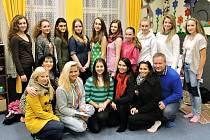 Přihlášené dívky spolu s organizátory soutěže na společné fotografii.