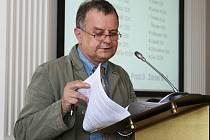 Místostarosta Loun Jan Čermák na zasedání zastupitelstva.