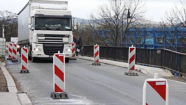 Omezení dopravy na mostě v lounské Říční ulici na archivním snímku.