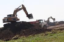 Stavební stroje na pozemku společnosti Nexen v zóně Triangle u Žatce začaly před pár dny  s terénními pracemi. V současné době převážejí tisíce tun hlíny.
