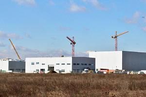 Pokračující výstavba obrovské továrny Nexenu v průmyslové zóně Triangle na Žatecku