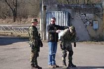 Ochranka českého prezidenta ukazuje žateckým vojákům,  jak zneškodnit útočníka.