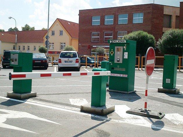 Placené parkoviště v lounské ulici Osvoboditelů. Archivní snímek