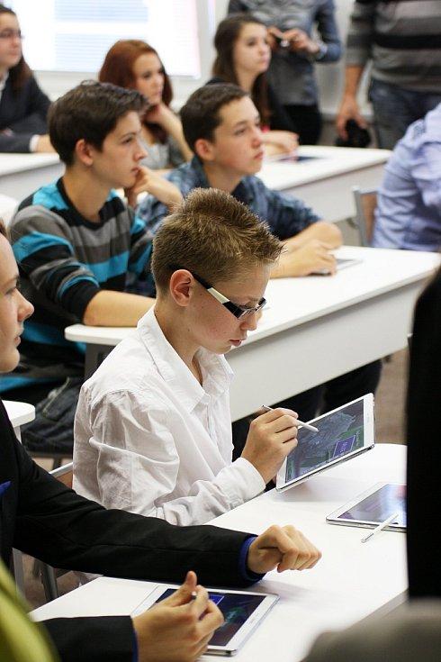 Žáci s tablety v nové třídě