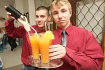 Miroslav Vojtek (vlevo) a Luboš Ptáček, mladí barmani z podbořanské školy, předvádějí své umění při setkání ve škole.
