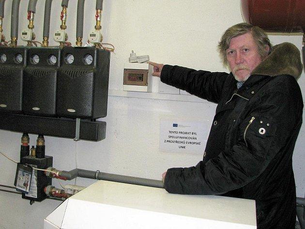 Starosta Žiželic Petr Kvítek ukazuje nové rozvody pro vytápění kulturního domu v obci.