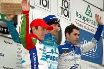 Takto mávali divákům z piedestalu v Podbořanech nejlepší tři cyklisté posledního závodu ČP roku 2007.  Vlevo  je podbořanský Kamil Ausbuher, zcela vpravo lounský Jan Chrobák a mezi nimi vítězný Zdeněk Štybar.