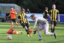 Fotbalisté Loun (v oranžovém) šesti brankami rozstříleli poslední Březovou.
