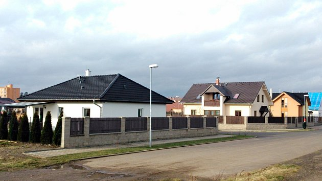 Nové domky v nové čtvrti Kamenný Vršek v Žatci.
